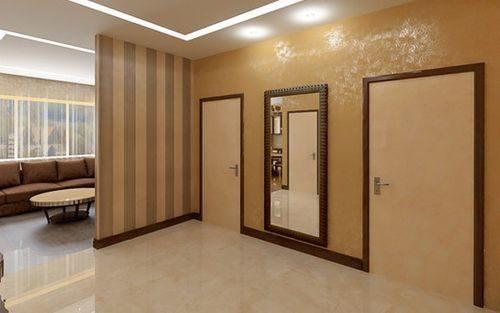 Светлый пол и двери в интерьере с контрастным плинтусом