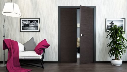 Сочетание темных межкомнатных дверей и темного пола в интерьере