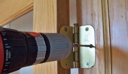 dver-ploxo-zakryvaetsya_5-9624111