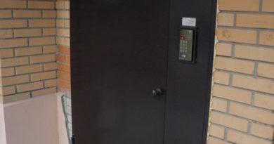 dveri-s-domofonom-01-8604177