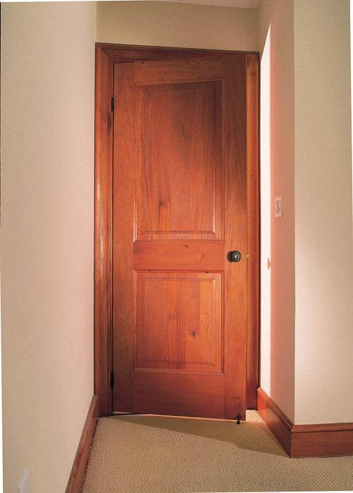 Межкомнатные двери из красного дерева в интерьере