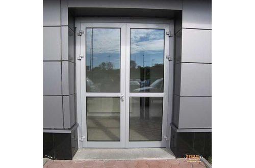ustanovit-naruzhnye-plastikovye-dveri_3-4505666