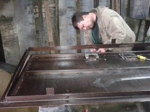 Процесс установки замка в металлическую дверь