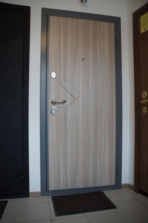 belye-metallicheskie-dveri_11-8208430