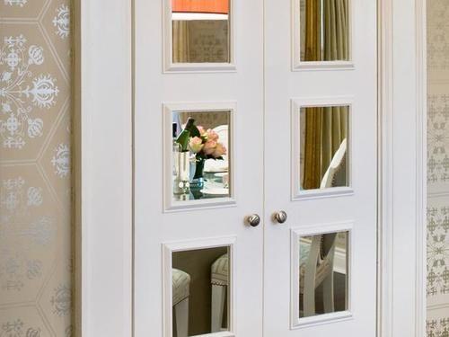 Дверь с маленькими зеркалами