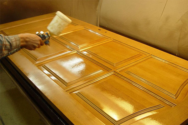 Отремонтировать входную дверь можно при помощи окрашивания.
