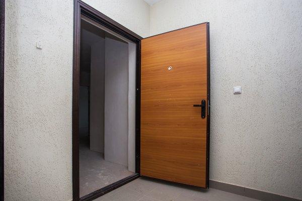 При ремонте входной двери отделка ламинатом придает двери законченный вид.