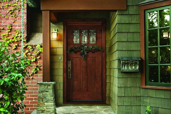 Ремонтируя дверь используйте декоративные элементы для ее состаривания.