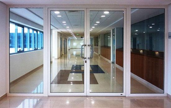 dveri-alyuminievye-protivopozharnye-so-vstavkoj-iz-stekla-osobennosti-i-preimushhestva-9249748