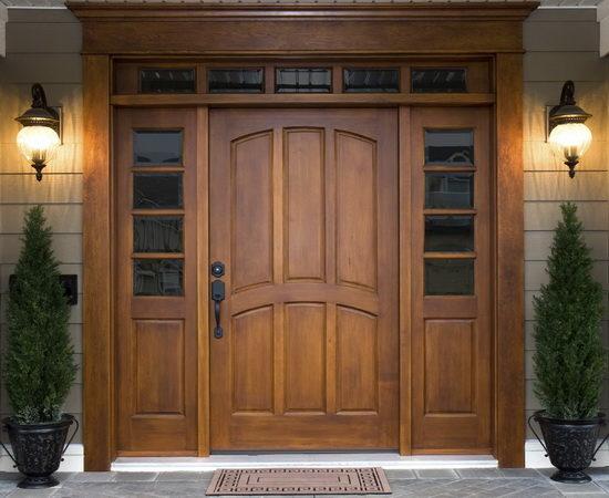 Простенькая, но надежная деревянная входная дверь