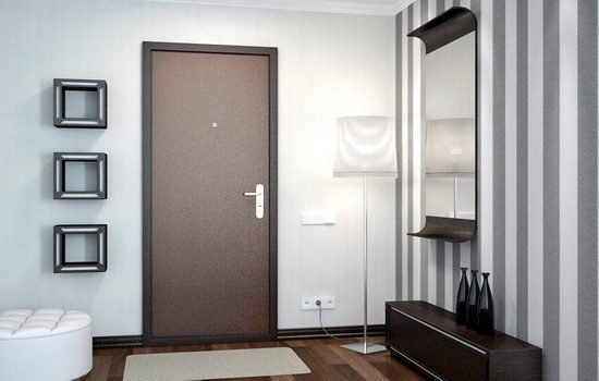 bronirovannaya-dver-korichnevogo-tsveta-v-interere-kvartiry-1090446