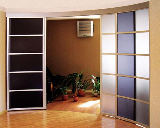 Межкомнатная радиусная дверь со стеклянными вставками