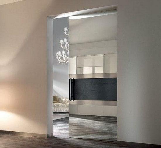 Полностью зеркальные двери с декоративными вставками