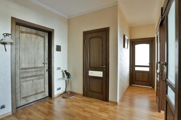 Какую дверь выбрать из массива дуба или из шпона