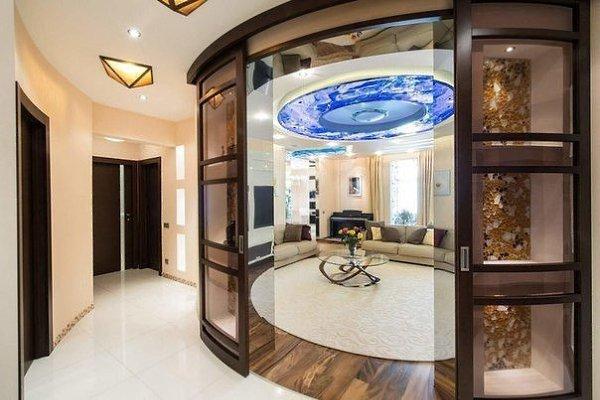 Раздвижная угловая межкомнатная дверь радиусного типа