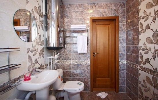 Деревянные двери для ванной