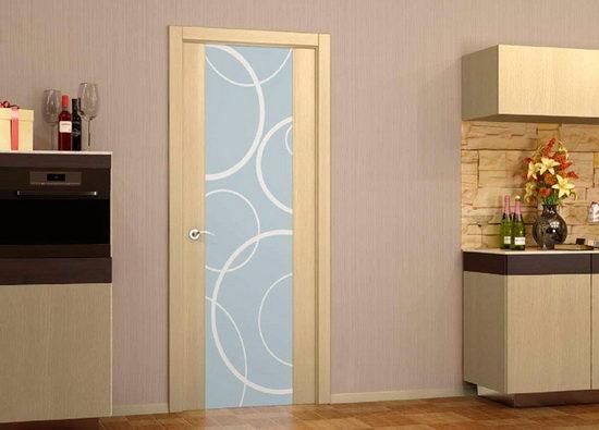 Двери из обработанной древесины или с покрытием под беленый дуб не привередливы в уходе