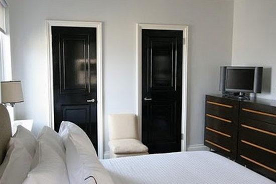 Черная межкомнатная дверь в интерьере
