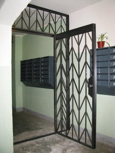 Решетчатые двери в подъезде жилого дома
