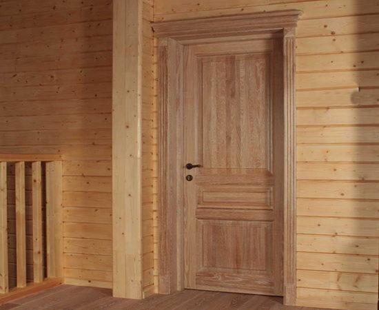 Сосновые двери на даче