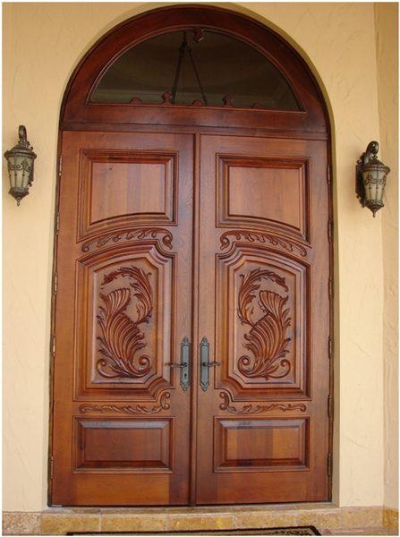 Двухстворчатая входная деревянная дверь из массива дуба