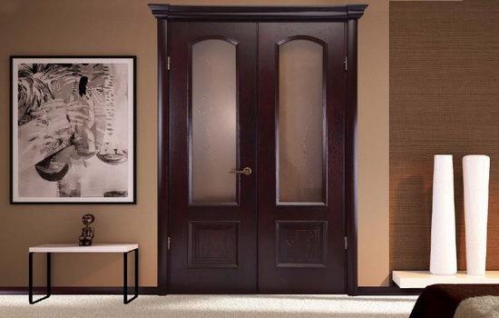 Двупольная деревянная дверь