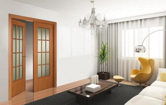 Двустворчатые маятниковые двери из дерева со стеклянными вставками