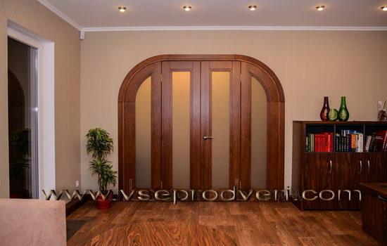 elegantnye-korichnevye-dveri-arochnoj-formy-5746108