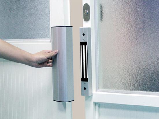 Электромагнитный замок установленный на двери