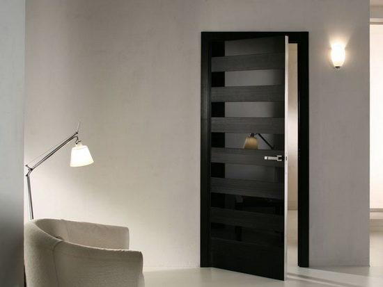 Филенчатая дверь темного цвета