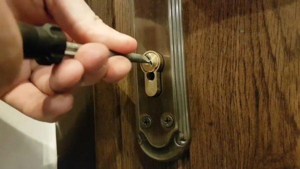 Как открыть цилиндровый замок без ключа?
