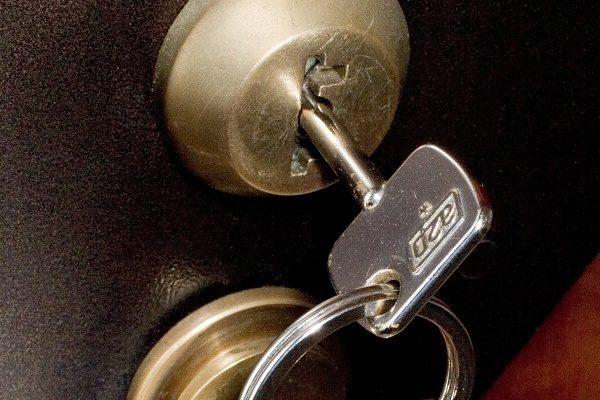 Как открыть дверь, если плохо вставляется ключ
