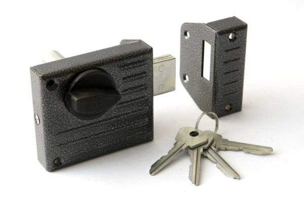 Как вскрыть замок входной металлической двери