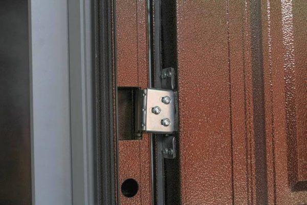 Стальные петли для дверей.