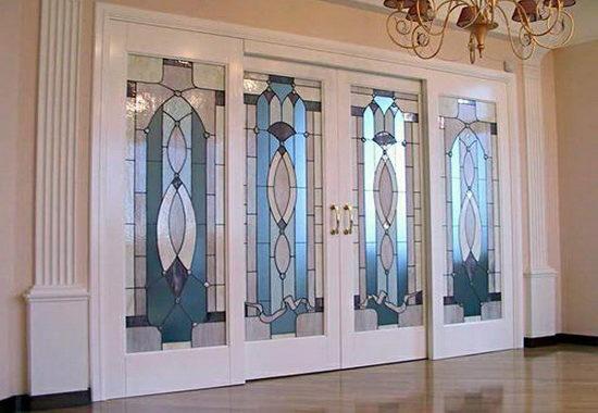 Как выбрать витражную дверь