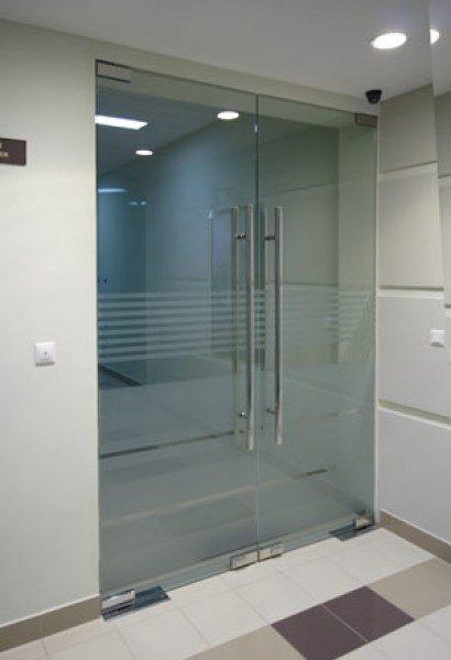 mayatnikovaya-dver-iz-stekla-08-3966497