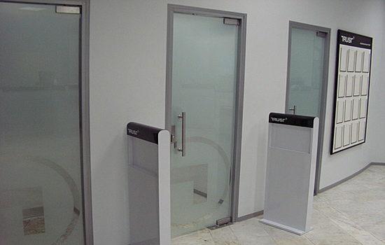 mayatnikovye-steklyannye-dveri-spetsifika-ustrojstva-i-sposoby-montazha-1633184