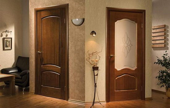 mezhkomnatnye-dveri-iz-naturalnogo-dereva-osobennosti-modelej-iz-tselnogo-i-kleenogo-massiva-3710801
