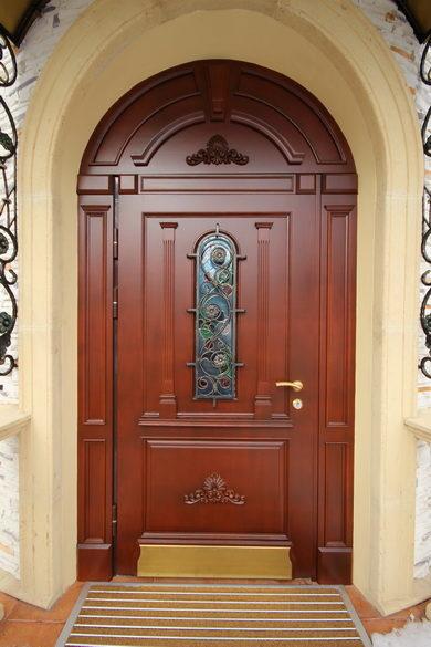Одностворчатая деревянная входная дверь из массива ясеня со стеклянной вставкой