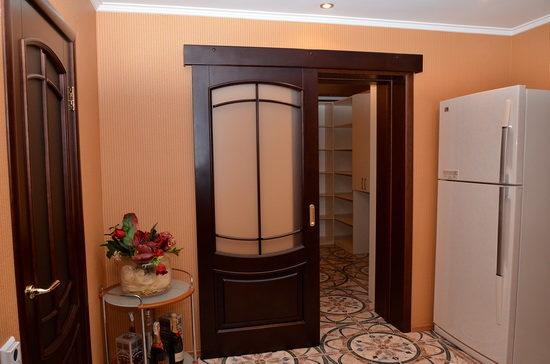 Одностворчатая дверь из ясеня с вставками из стекла
