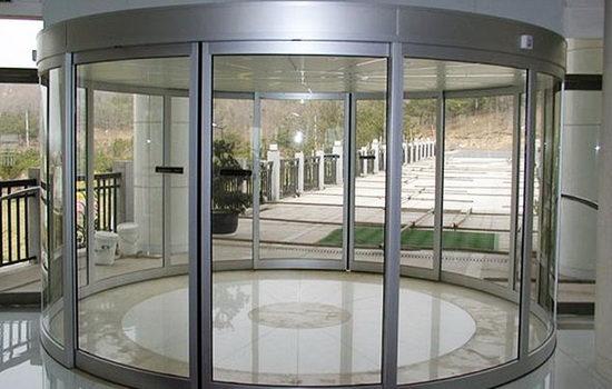 Полукруглые стеклянные раздвижные двери