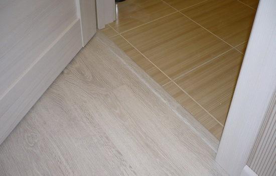 Аккуратный порожек между коридором и кухней