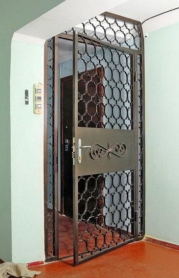 Применение решетчатых дверей в коттеджах, подъездах, частных домах или на КПП