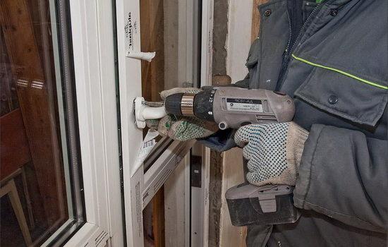 Процесс регулировки балконной двери