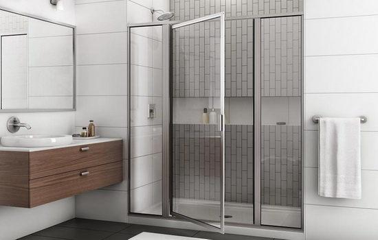 raspashnye-dushevye-dveri-sravnivaem-steklyannye-i-plastikovye-modeli-5014497