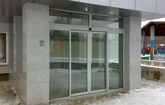 Входная дверь из стекла