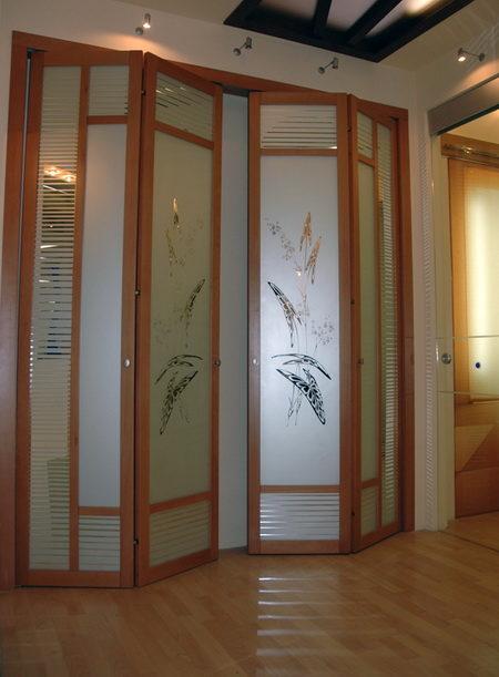 Складные деревянные двери-книжки со стеклом