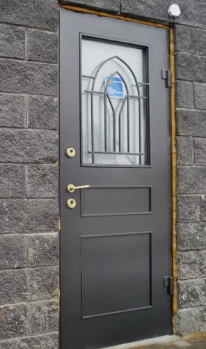 stilnye-steklopaketnye-vhodnye-dveri-s-kovanoj-reshetkoj-6082718