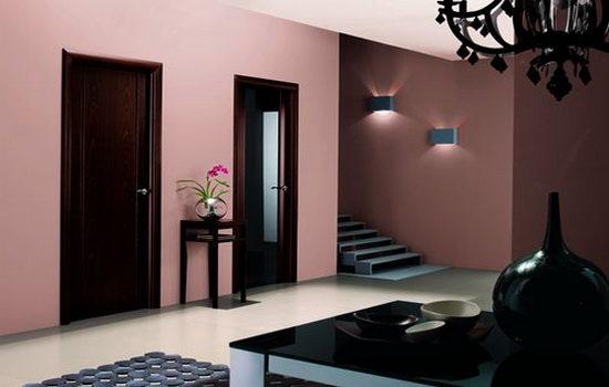 temno-korichnevye-dveri-v-rozovom-interere-kvartiry-4144354