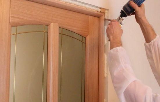 Установка двери, запенивание щелей монтажной пеной
